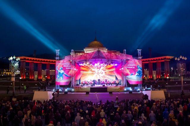 Зрители громкими аплодисментами встретили выход на сцену артистов широко известного в стране музыкального коллектива.