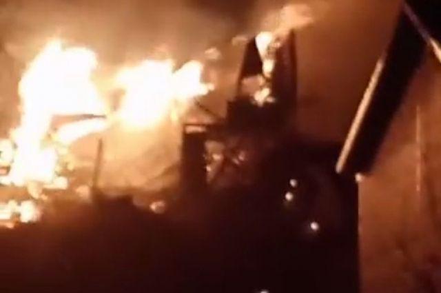 К моменту прибытия пожарных огонь охватил площадь 350 кв. метров.