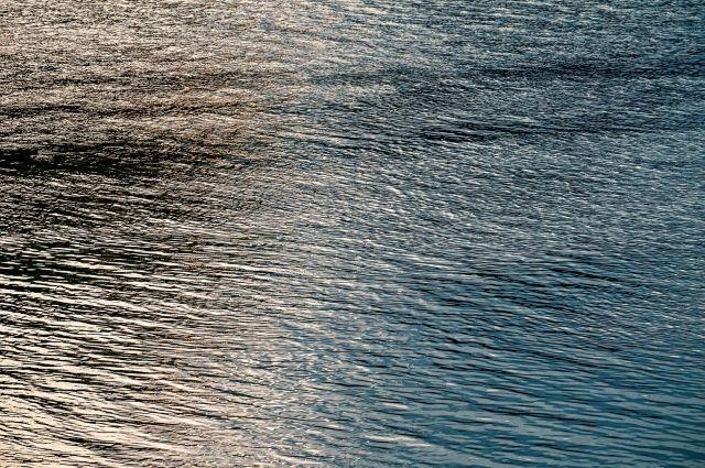 Течение сейчас на многих водоемах очень быстрое, а температура воды низкая.