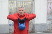 Феликс Александрович Щербина несколько раз взметнул пудовую гирю вверх. Сделал это изящно и технично. И это – в 78 лет!