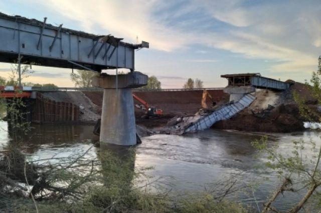 Уголовным делом об обрушении моста в Октябрьском районе занялся Следственный комитет РФ.