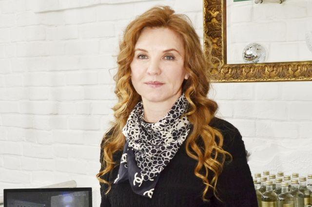 Эльфира Кузьмина постепенно возвращается к предпринимательской деятельности, ведь она остаётся учредителем и руководителем «Элионы».