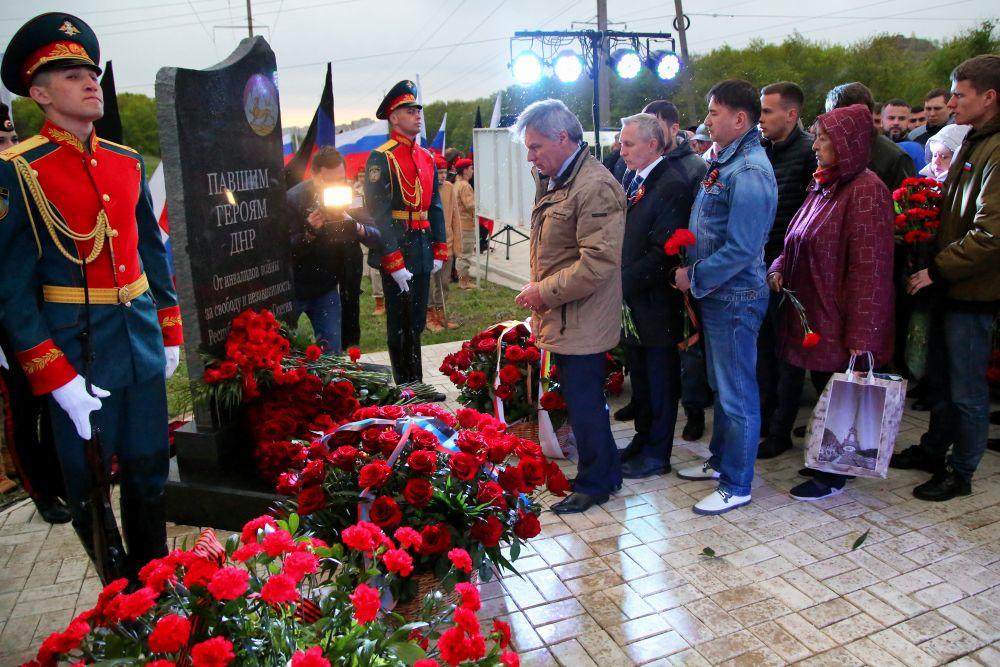 Возложение цветов во время торжественной церемонии открытия памятника «Павшим героям ДНР»