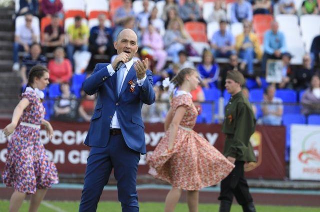 Перед новотройчанами выступил певец Методие Бужор.
