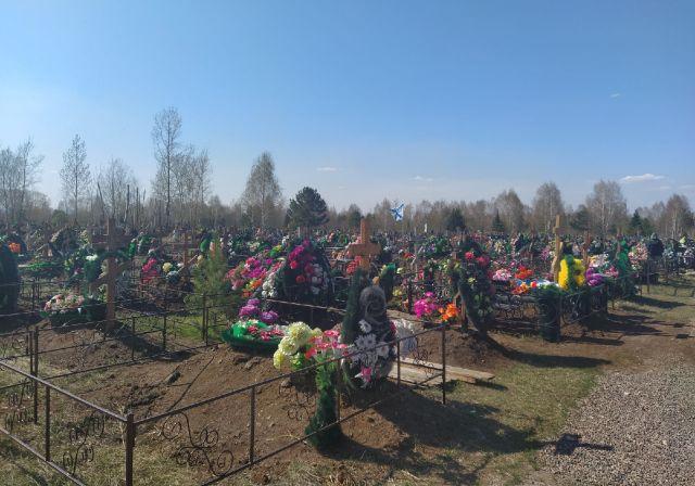 Многие побывали на погостах в майские праздники.