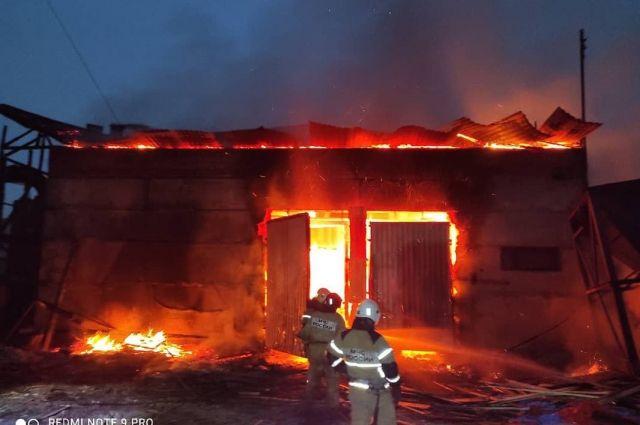 Загорелась крыша гипсоблочного строения.