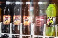 Пенсионерка из Оренбурга взыскала компенсацию за упавший на нее уличный холодильник с напитками.