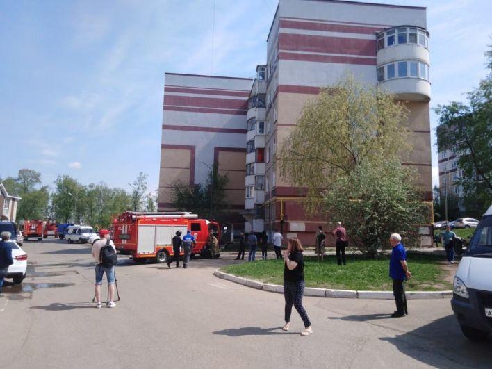 Дом, где жил Ильназ Галявиев, проверяли полиция и МЧС, жильцов попросили выйти на несколько часов во двор.