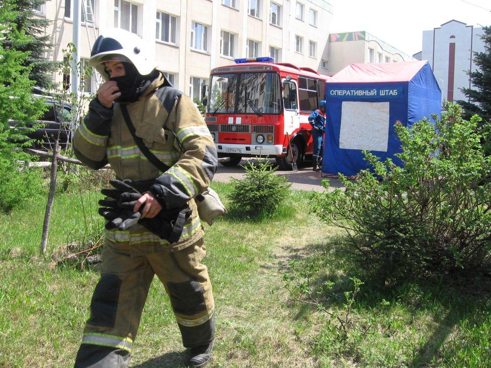 МЧС развернуло во дворе гимназии оперативный штаб.