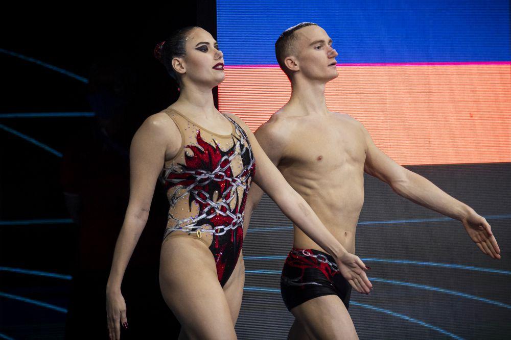 Майя Гурбанбердиева и Александр Мальцев выступают с технической программой в соревнованиях по синхронному плаванию среди смешанных дуэтов на чемпионате Европы по водным видам спорта в Будапеште