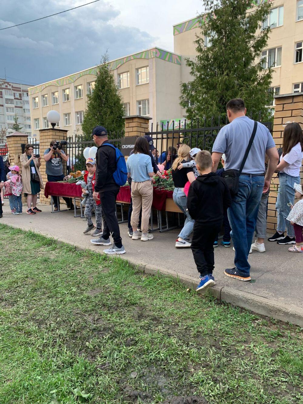 У гимназии №175 казанцы устроили стихийный мемориал.