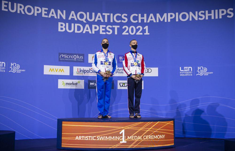 Российские спортсмены Майя Гурбанбердиева и Александр Мальцев, завоевавшие золото в технической программе микст-дуэтов на чемпионате Европы по водным видам спорта, на церемонии награждения