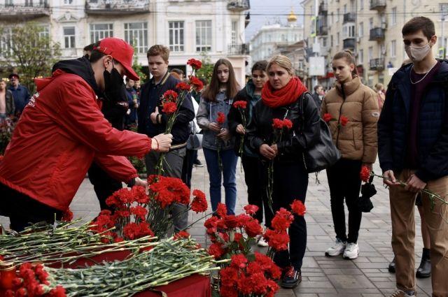В Казани вспоминают погибших во время стрельбы в школе