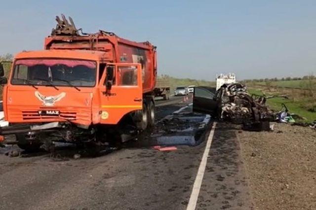Вблизи села Погромное в Оренбуржье произошла смертельная авария.