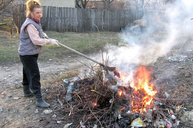 Сжигать мусор, как это делали раньше, селянам сейчас нельзя. А вывозить слишком дорого.
