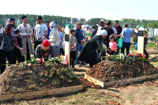 В Казани трёх детей, погибших в школе, похоронили на мусульманском кладбище