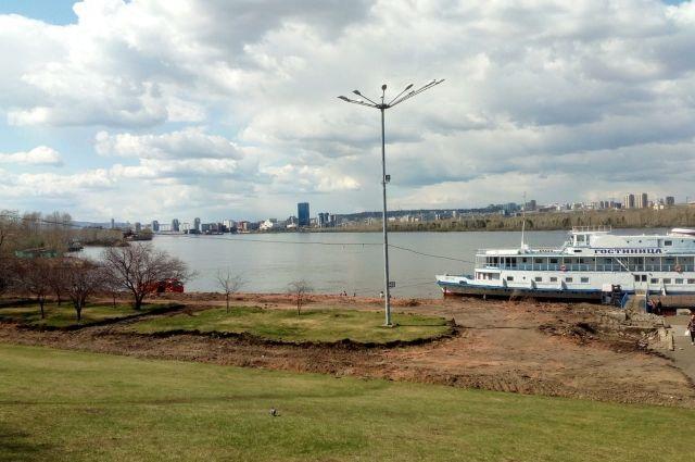 На набережной возле ТЦ «Красноярье» строители приступили к земляным работам и демонтажу старых подпорных стен.