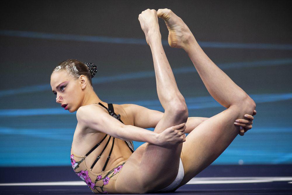 Варвара Субботина выступает в произвольной программе соло на соревнованиях по синхронному плаванию на чемпионате Европы по водным видам спорта в Будапеште