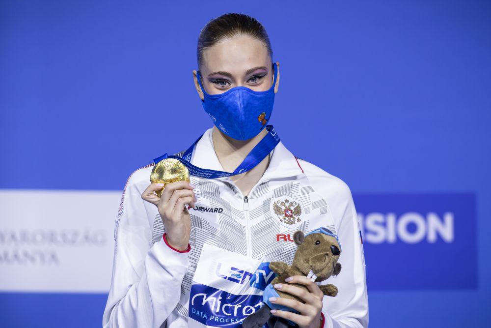 Российская спортсменка Варвара Субботина, завоевавшая золотую медаль в произвольной программе соло на соревнованиях по синхронному плаванию на чемпионате Европы по водным видам спорта в Будапеште, на церемонии награждения