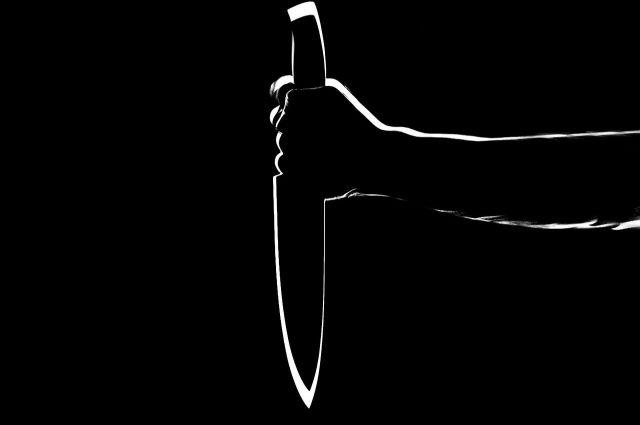 В Салехарде подросток размахивал ножом на крыльце школы