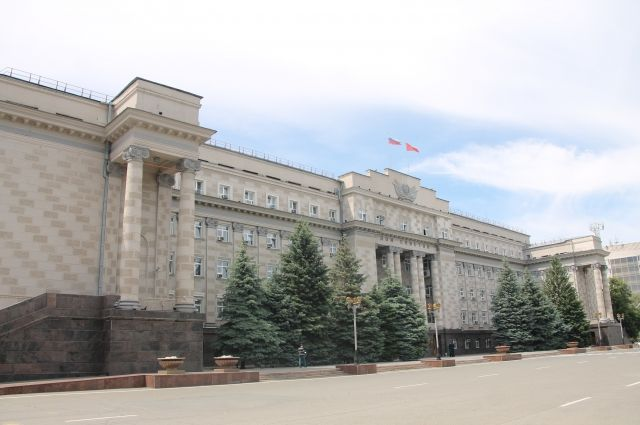 Жители Чебеньков у Дома Советов в Оренбурге требуют отставку главы сельсовета.