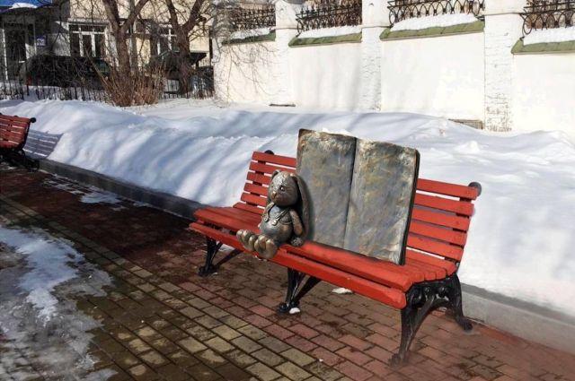 Зимой уральский Зайка Агнии Барто выглядел так. Сейчас он проходит процесс преображения.
