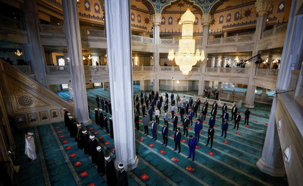 Мусульмане во время торжественного намаза по случаю праздника Ураза-байрам (праздника разговения) в Соборной мечети в Москве