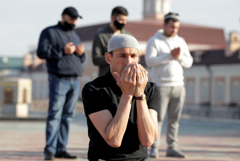 Мусульмане во время торжественного намаза по случаю праздника Ураза-байрам (праздника разговения) у мечети Кул-Шариф в Казани