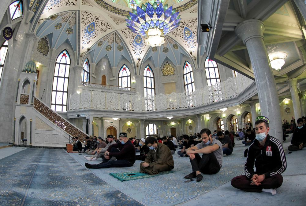Мусульмане во время торжественного намаза по случаю праздника Ураза-байрам (праздника разговения) в мечети Кул-Шариф в Казани