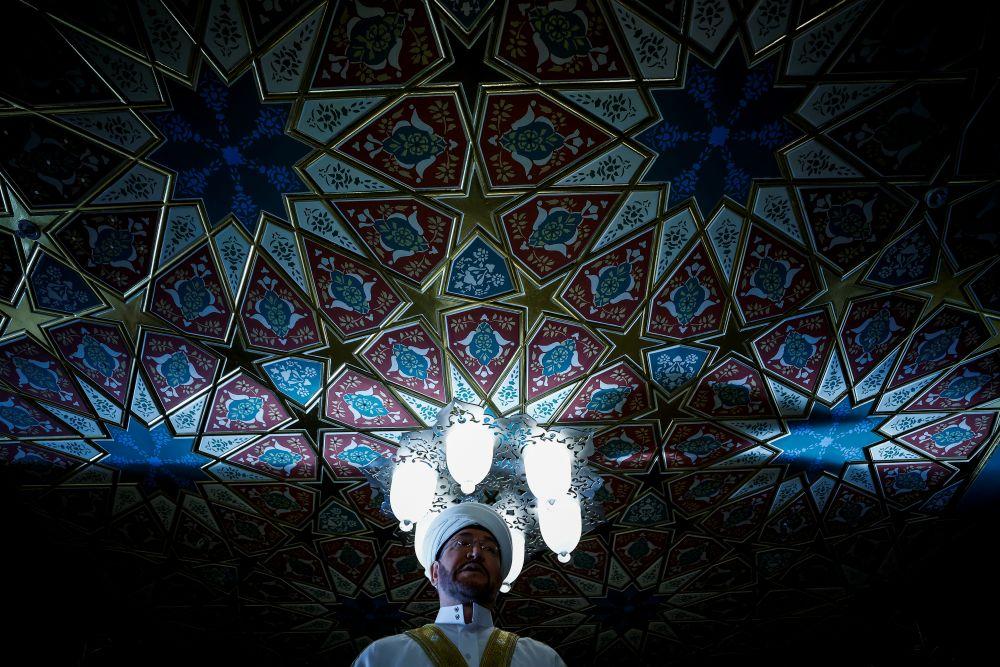 Председатель Совета муфтиев России, председатель Духовного управления мусульман Европейской части России муфтий Равиль Гайнутдин во время торжественного намаза по случаю праздника Ураза-байрам (праздника разговения) в Соборной мечети в Москве