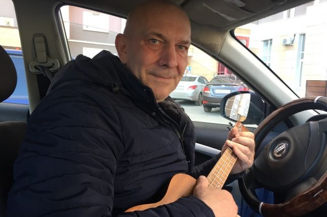 Маленькая гавайская гитара всегда путешествует вместе с таксистом.