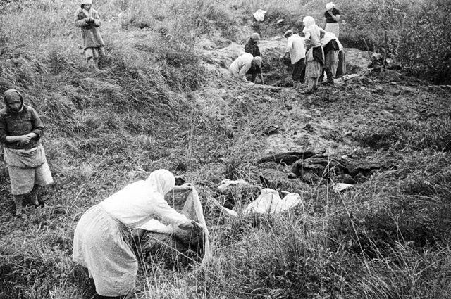 После освобождения Днепропетровской области советскими войсками жители опознают тела своих родных, зверски замученных ирасстрелянных оккупантами перед отступлением.