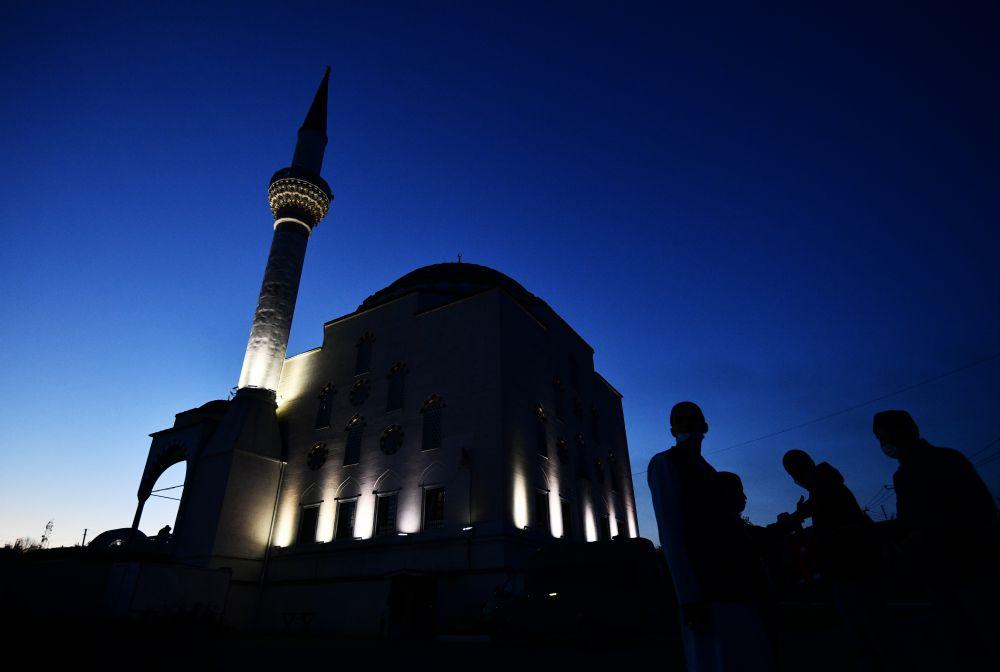 Мусульмане перед началом праздничной молитвы в честь Ураза-байрама возле мечети им. имама Исмагила Аль-Бухари в Верхней Пышме