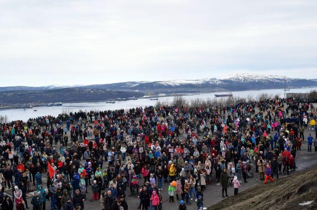 После завершения военного парада шествие направилось к мемориалу защитникам Советского Заполярья. Северяне пришли к «Алёше» с портретами своих героев.