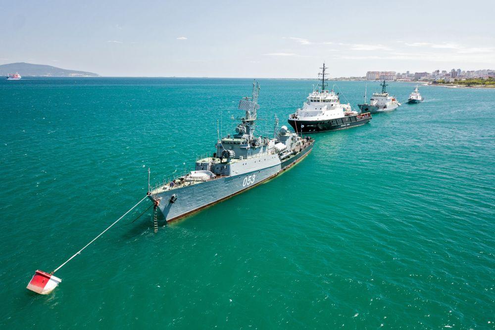 Корабли Черноморского флота ВМФ России на генеральной репетиции парада в честь Дня Военно-морского флота в Новороссийске (24 июля 2020 года)