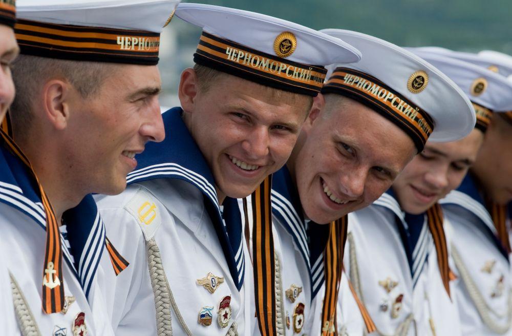 Моряки ракетного крейсера «Москва» в Новороссийске (14 июля 2009 года)