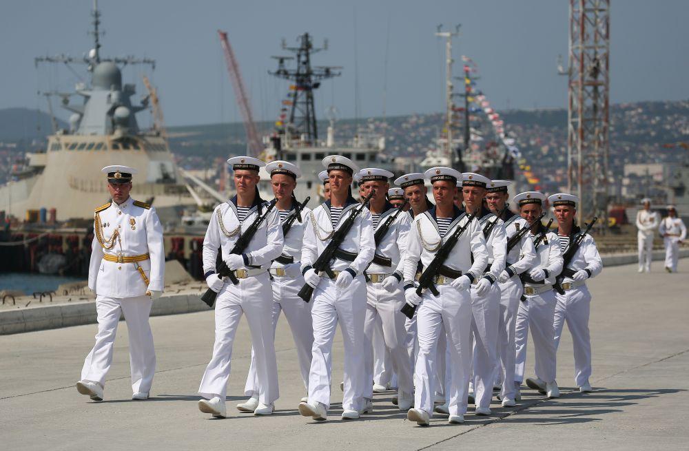 Моряки Черноморского флота ВМФ России на параде в честь Дня Военно-морского флота на Новороссийской военно-морской базе (26 июля 2020 года)