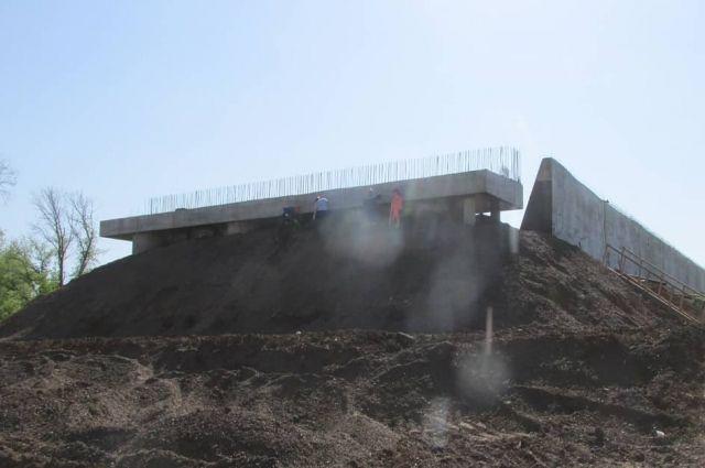 Реконструкцию путепровода на улице Конституции в Оренбурге обещают завершить к ноябрю 2021 года.