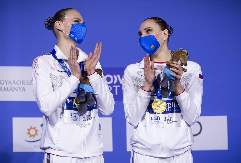 Российские спортсменки Светлана Ромашина и Светлана Колесниченко (слева направо), завоевавшие золотые медали в технической программе на соревнованиях дуэтов на чемпионате Европы по водным видам спорта в Будапеште, на церемонии награждения