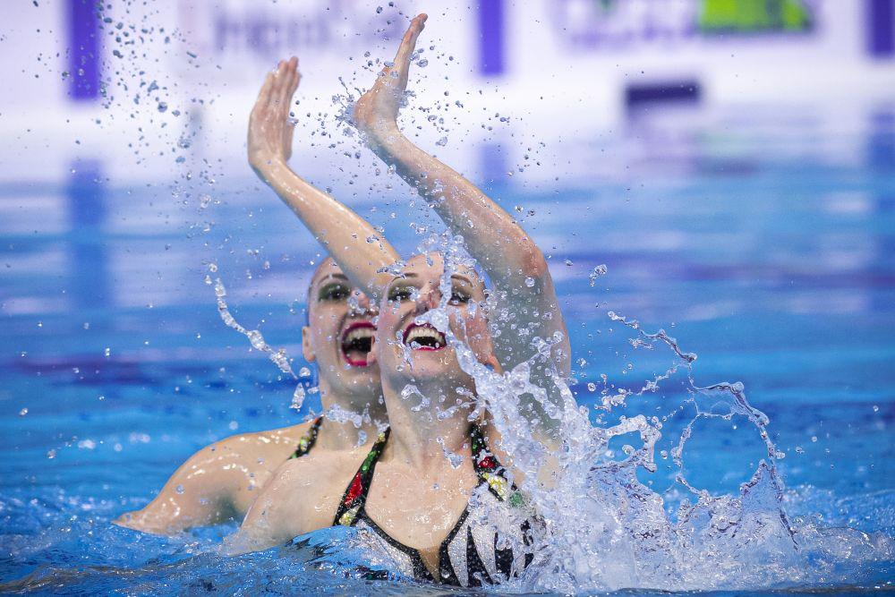 Светлана Колесниченко и Светлана Ромашина выступают в технической программе на соревнованиях дуэтов на чемпионате Европы по водным видам спорта в Будапеште