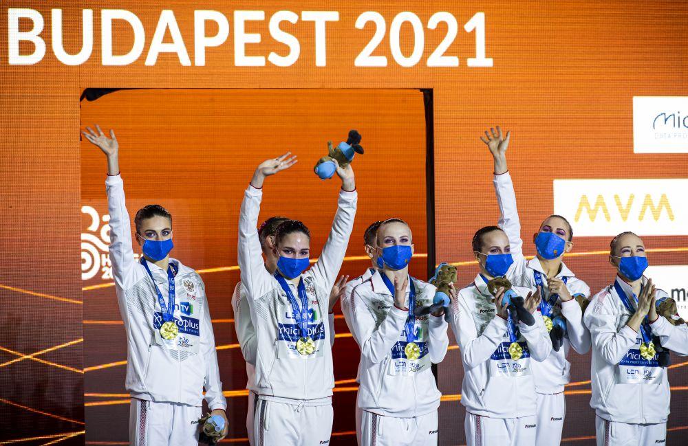 Спортсменки сборной России, завоевавшие золотые медали в групповых соревнованиях по синхронному плаванию на чемпионате Европы по водным видам спорта в Будапеште, на церемонии награждения