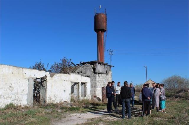 Так выглядит водонапорная башня у скважины, в которой обнаружили ртуть. Сооружение уже совсем старое.