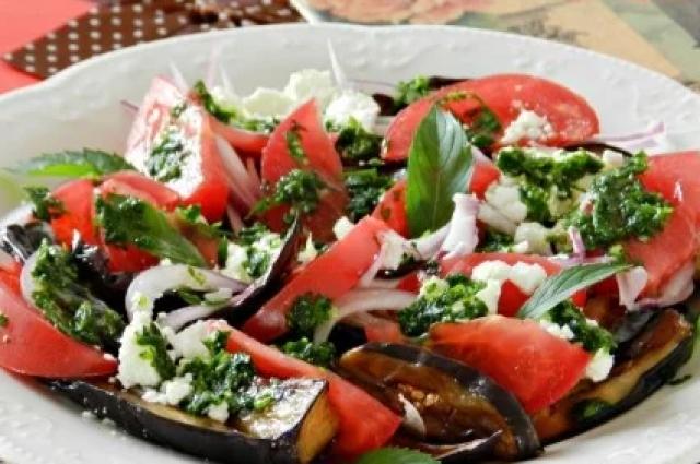 Теплый салат с баклажанами и помидорами: рецепт сытного салата