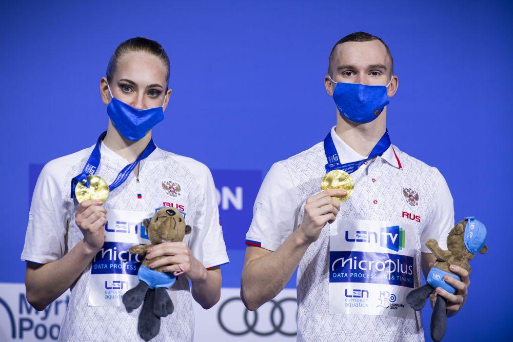 Российские спортсмены Олеся Платонова и Александр Мальцев, завоевавшие золотые медали в произвольной программе соревнований по синхронному плаванию среди смешанных дуэтов на чемпионате Европы по водным видам спорта в Будапеште