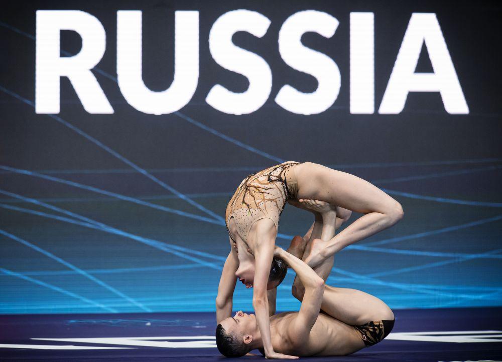 Олеся Платонова и Александр Мальцев выступают с произвольной программой в соревнованиях по синхронному плаванию среди смешанных дуэтов на чемпионате Европы по водным видам спорта в Будапеште