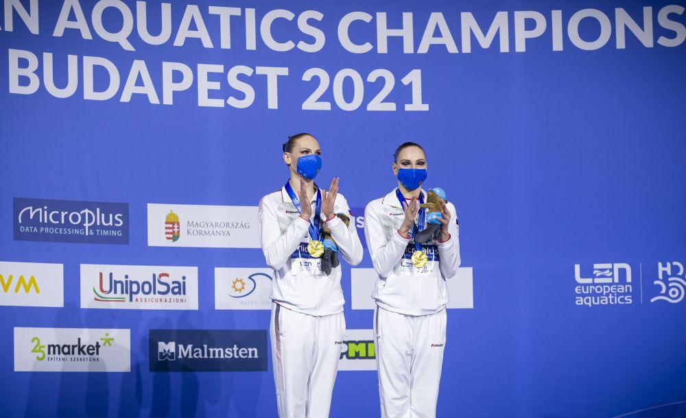 Российские спортсменки Светлана Колесниченко и Светлана Ромашина, завоевавшие золотые медали в произвольной программе соревнований по синхронному плаванию среди дуэтов на чемпионате Европы по водным видам спорта в Будапеште