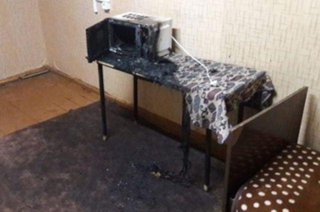 В общежитии Оренбургского аграрного колледжа из-за короткого замыкания загорелась микроволновка.