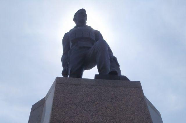 В Оренбурге восстановили постамент памятника Герою России Александру Прохоренко.