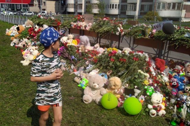 Люди до сих пор несут цветы, игрушки, свечи к месту стихийного мемориала.