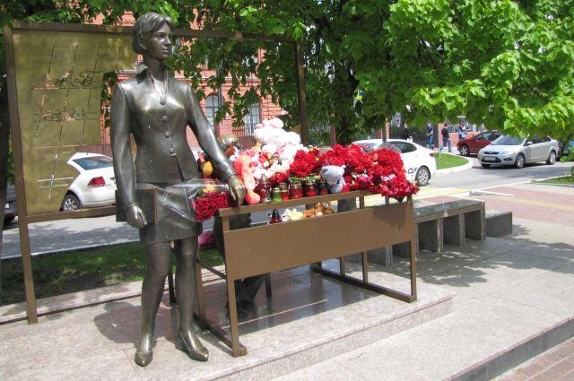 Белгородцы устроили временный мемориал в память о казанских событиях там же, где в 2013 году погибли дети.